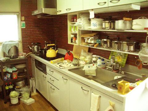 ご飯は絶対ガス釜で炊きたいとおっしゃっていた奥さま。置き場所がなく、棚を置いてしまったため奥の収納棚を開くことができませんでした。