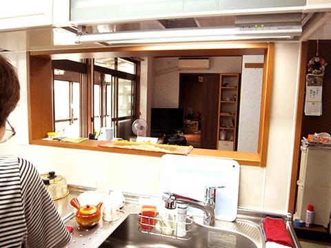 シンク・調理スペースを180℃変え、ダイニングとリビングを見ながらお料理ができるように対面風I型のキッチンになりました。シンク上の収納はボタンひとつで上げ下げできる電動昇降棚に。
