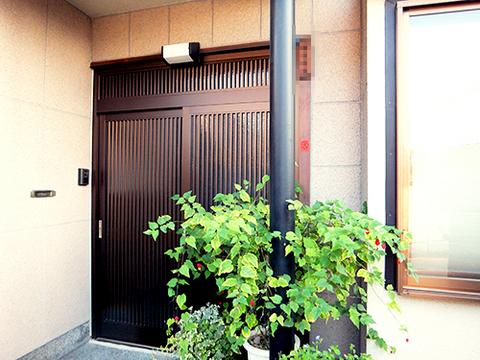 欄間は絶対入れたいというS様の希望から、欄間付きの引戸に。色も落ち着いたブラウンにして素敵な玄関になりました。