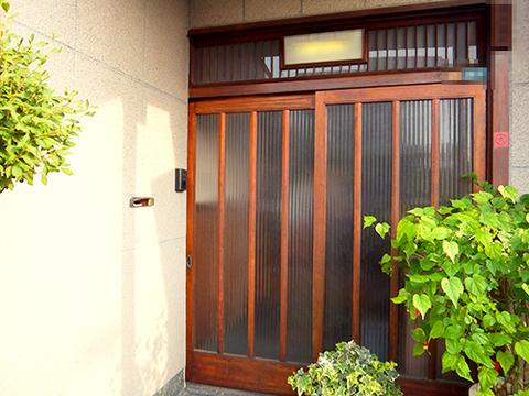引戸を長年使っているうちに少しずつ傾いてしまいました。枠と扉、欄間の枠とガラスにはすき間が。