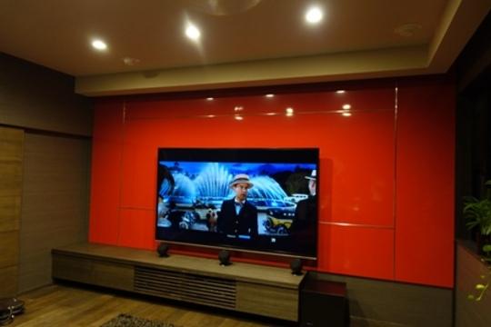 TVボードの中にアンプ、BDプレーヤーを収納。フロント/センタースピーカーはTVボードの上に設置。それ以外は全て天井埋め込みに。
