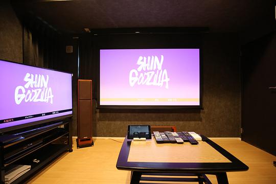 80型のスクリーンと50型の4K液晶テレビの両画面で迫力があります。