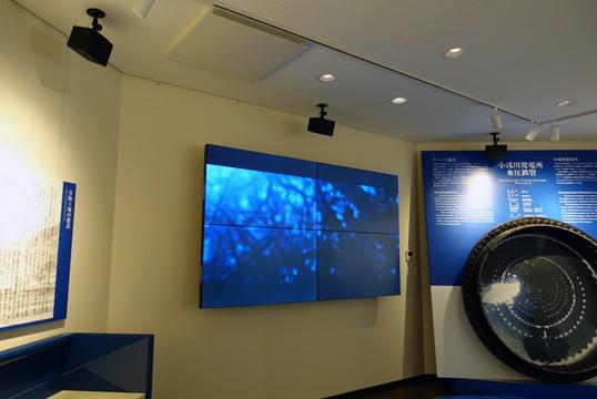 100インチのデジタルサイネージと6.1chサラウンドシステムで大迫力の様子が伝わります。