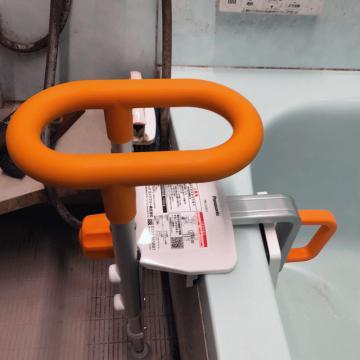脚部でしっかりと固定され、浴槽内にもグリップがあり使いやすくなっています。